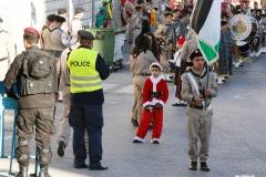2 von 2 - Über 300 palästinensische Kinder verbringen Weihnachten in israelischen Militärgefängnissen. Auch durch das Inhaftieren von Kindern verstößt Israel gegen das Völkerrecht.