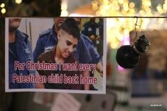 1 von 2 - Über 300 palästinensische Kinder verbringen Weihnachten in israelischen Militärgefängnissen. Dieses Plakat auf dem Manger Square sollte darauf aufmerksam machen. Auch durch das Inhaftieren von Kindern verstößt Israel gegen das Völkerrecht.