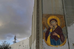 Nahe dem Checkpoint 300 glänzt diese Ikone auf der grauen fast 10 m hohen Mauer.