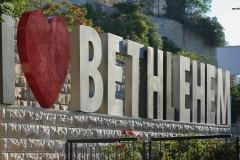 Was für eine Hoffnung bewegte Bethlehem zur 2000-Jahr-Feier, die Stadt putzte sich raus und erwartete Tausende von BesucherInnen. Kurz zuvor brach die 2. Intifada aus, sämtliche Feierlichkeiten fielen aus, die Geburtskirche wurde fast 40 Tage von israelischen Soldaten belagert, die Hoffnung auf Frieden, auf wirtschaftliche Stärkung war dahin. Kurz danach fing Israel mit dem Mauerbau an, der bis heute noch nicht abgeschlossen ist.